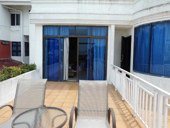 Crown Vista Hotel: Balcony door, side-by-side with the next room