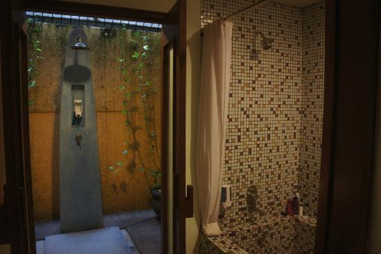 All Seasons Legian Bali: Right side washroom