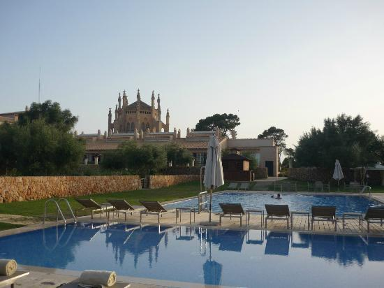 Hilton Sa Torre Mallorca: Piscina del Hilton con capilla al fondo