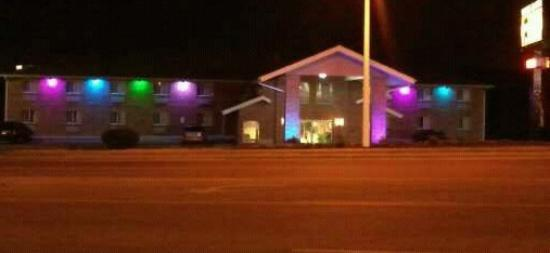The Brick House Hotel: Led colored exterior lighting