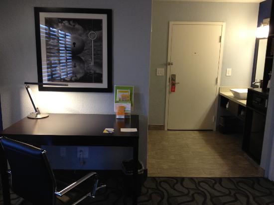 La Quinta Inn San Jose Airport: View of desk and sink