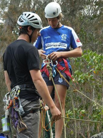 Mt Barney Lodge Country Retreat: Getting shown the knots for Abseiling