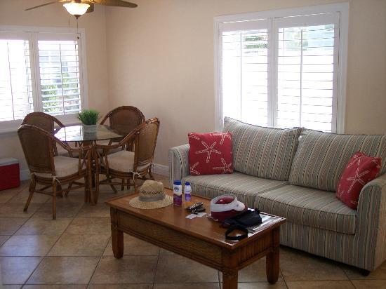 Tropical Breeze Resort: Living/Dining Area