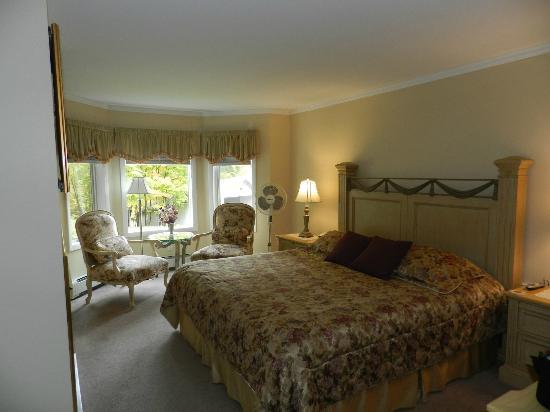 Birch Ridge Inn: King size bed & beautiful view at sitting area