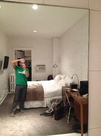 Ace Hotel: Room 116&#39;s spinning mirror wall