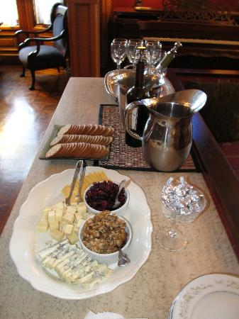 Chateau Tivoli Bed &amp; Breakfast: Wine and Cheese served daily