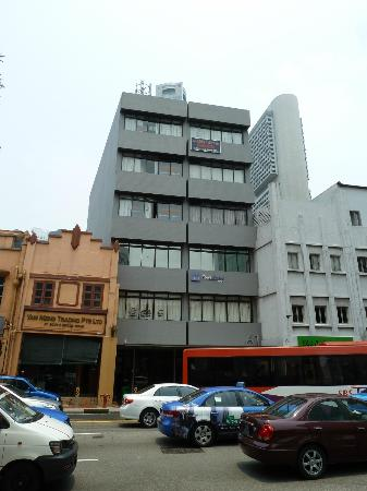 Five Stones Hostel: The hotel is on South Bridge Road, directly opposite the junction with Hong Kong St.
