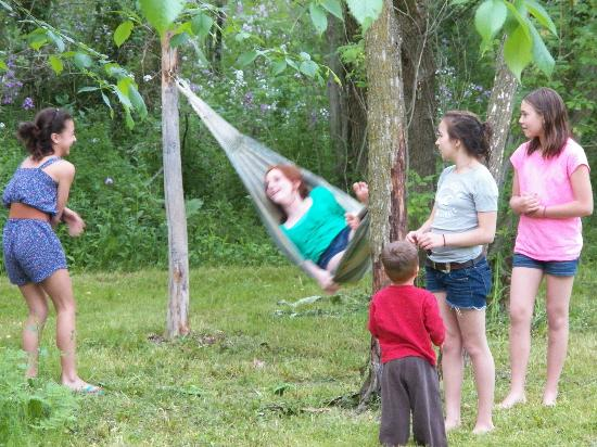 The Hayden Creek Inn: Kids hanging on the tree hammock