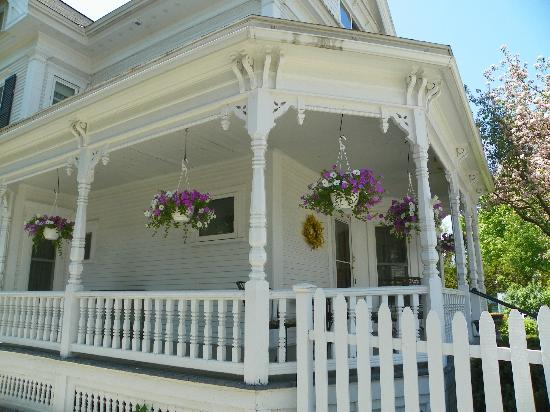 Village Victorian Bed and Breakfast: Front Porch
