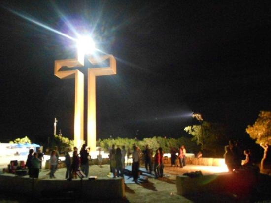 Kerrville, Техас: Events are commonly scheduled in the evenings around the breath taking cross sculpture.