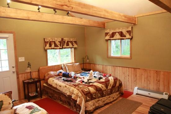 Talkeetna Chalet Bed &amp; Breakfast: Cabin inside