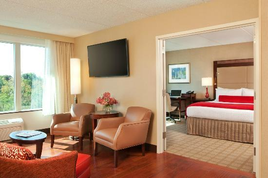 Crowne Plaza Boston Woburn: Suite living/bedroom