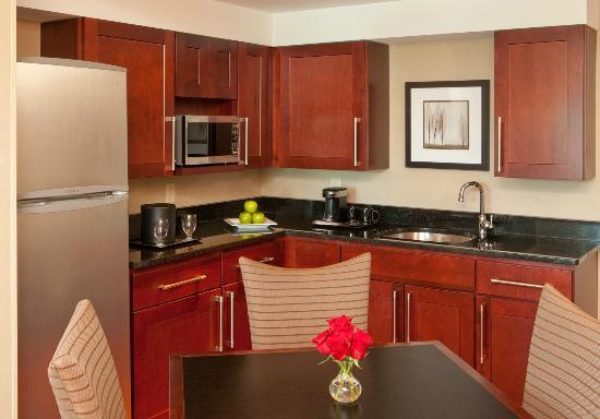 Crowne Plaza Boston Woburn: Suite kitchen