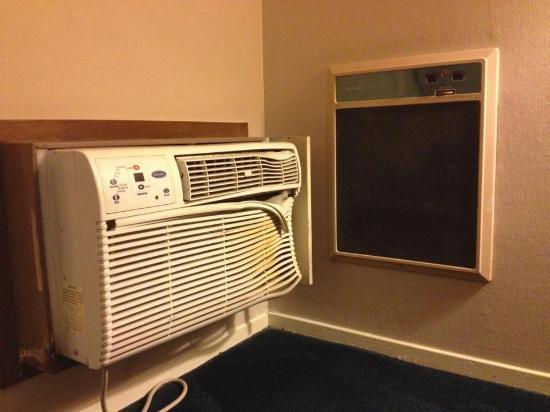 Days Inn Solvang / Buellton: Next time, maybe mount AC and heater units farther apart...