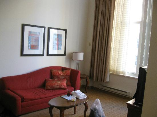 Residence Inn Milwaukee Downtown: Living room with pullout sofa