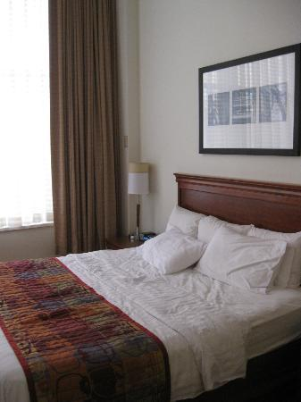 Residence Inn Milwaukee Downtown: Nice Comfortable Large Bed