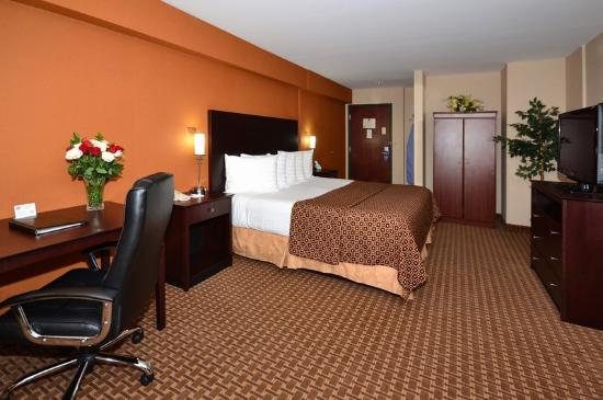 BEST WESTERN Concord Inn &amp; Suites: Two Room Jacuzzi Suite With King Sized Bed