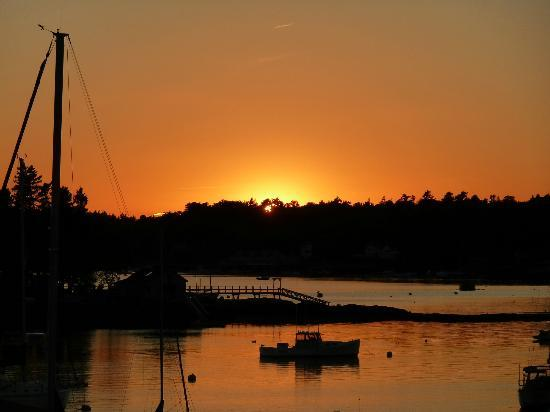 Cap'n Fish's Waterfront Inn: sunset from the deck