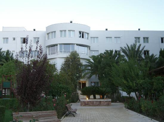 Hotel built on hillside top floor contains lobby and for Hotel jardines la tejera