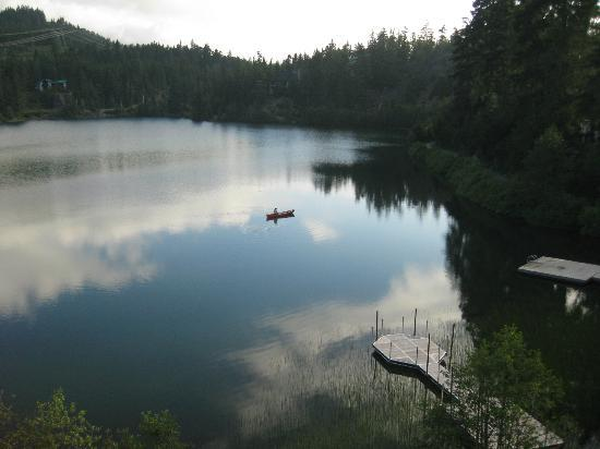 Nita Lake Lodge: Bring your canoe and launch it right out the back door.