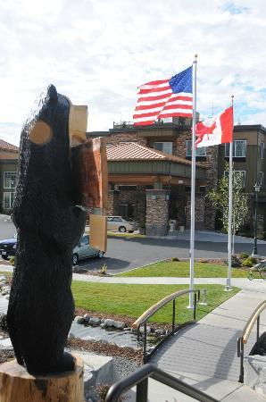 Holiday Inn Express Hotel &amp; Suites North Sequim: Hotel from the Black Bear Cafe parking lot