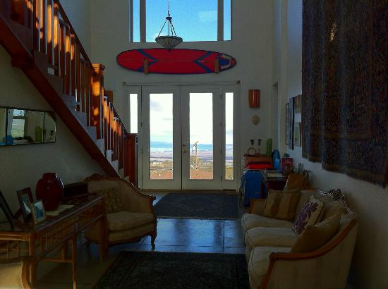 Upcountry Bed and Breakfast: Lobby with view