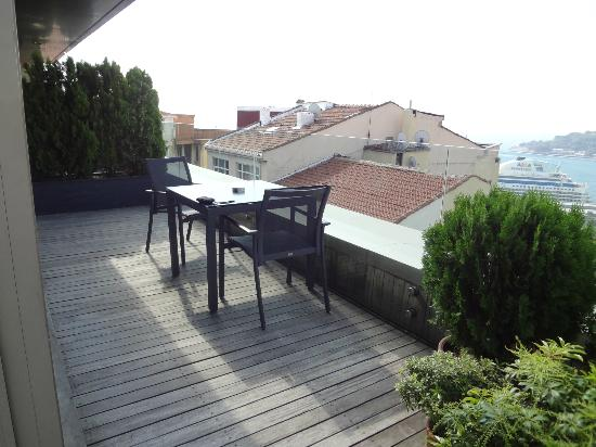 Witt Istanbul Suites: One side of 90 Degree Terrace
