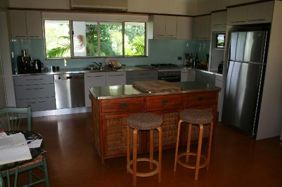 Newell Beach, Australia: kitchen and informal dining area