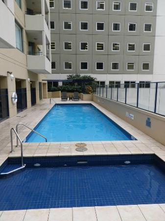 Sebel Suites Brisbane: Pool and deck area