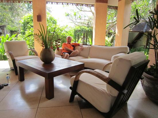 d'Omah Hotel Bali: Library and relaxation room/bar overlooking the grounds