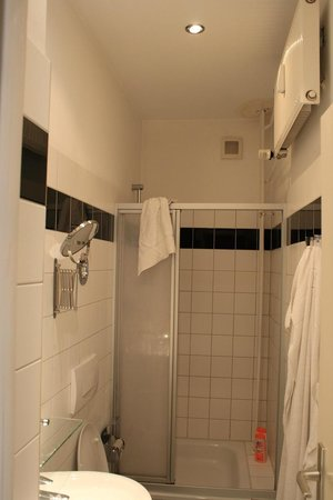 Palais Winterfeldt: Bathroom