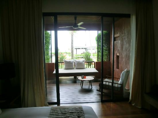 Hansar Samui Resort: Massive day bed on balcony, plus rocking chair
