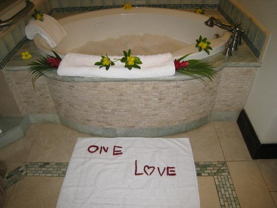Sandals Negril Beach Resort & Spa: Bubble bath setup by Sean for us to enjoy!