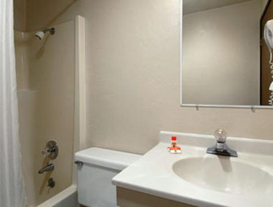 Super 8 Motel - Shelton: Bathroom