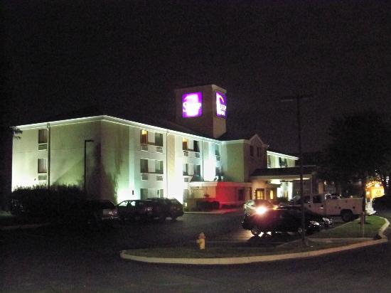 Sleep Inn Allentown: Outside at night.
