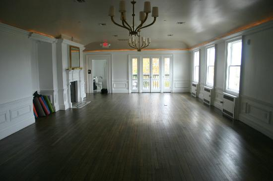 The Mansion at Noble Lane: Great room where morning yoga sessions are held