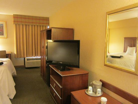 Hampton Inn Lancaster: TV wall