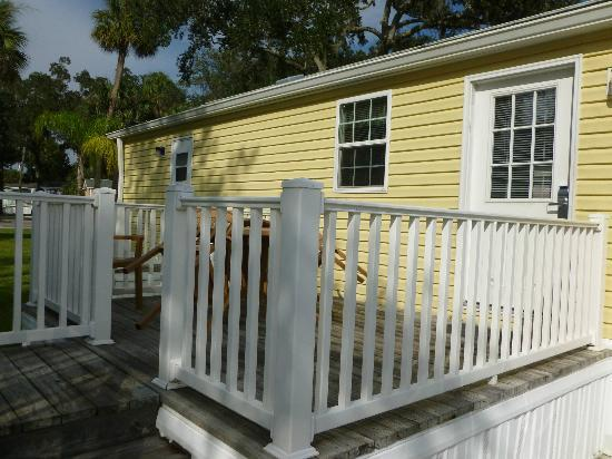 Tropical Palms Resort and Campground: Side View of Cottage