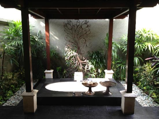 The Ulin Villas & Spa: outdoor bathtub