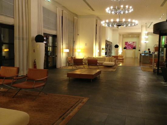 Hilton Garden Inn Florence Novoli: Looking to the bar from the front desk/lift area