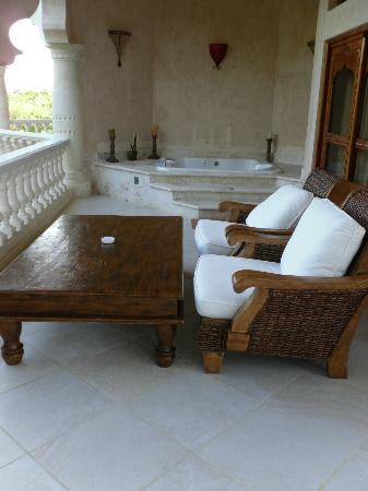 The Palace at Playa Grande: Our balcony with jacuzzi. Gorgeous.