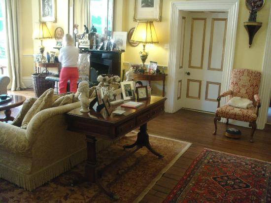 Thorney Hall Bed and Breakfast: Stunning Entrance Hall / Room