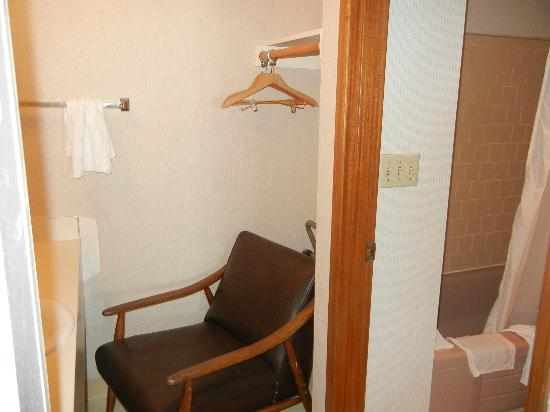 Royal Motor Inn: Sink/mirror to the left, tub/bathroom to the right