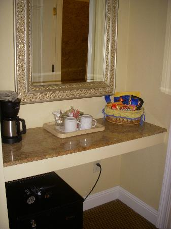 Bel Abri Napa Valley Inn: Coffee maker and Honor System Snacks