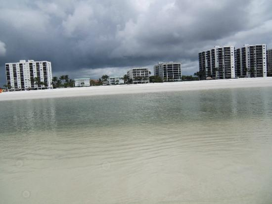 Gulfview Manor Resort: View of hotel from the beach.