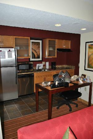 Residence Inn Cincinnati North / Sharonville: Kitchen
