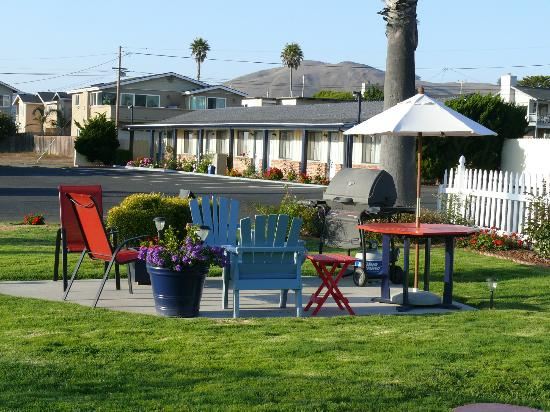 BEST WESTERN El Rancho: Garden seating area