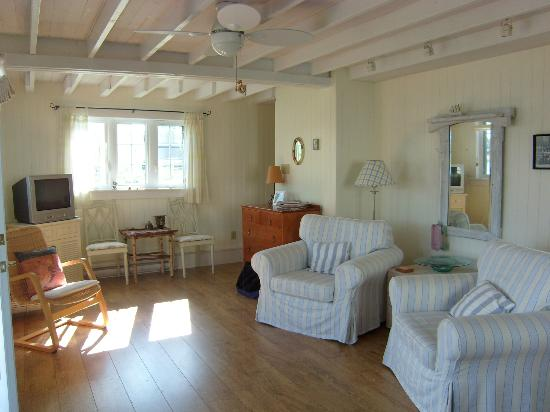 Edgewater Bed &amp; Breakfast: Sea Loft Cottage - Livingroom