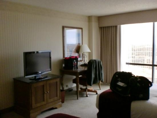 DoubleTree by Hilton Hotel Dallas - Campbell Centre: Seating/TV