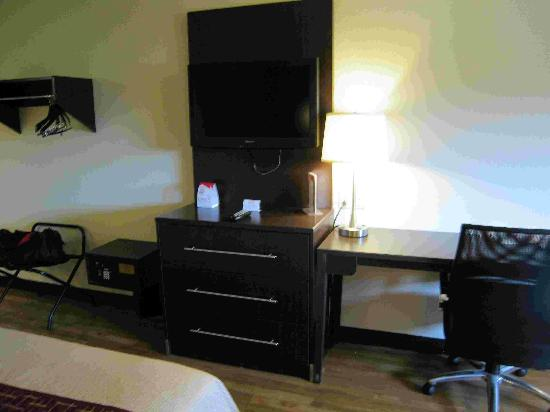 Red Roof Inn - Pittsburgh South Airport: Room 216 desk and TV